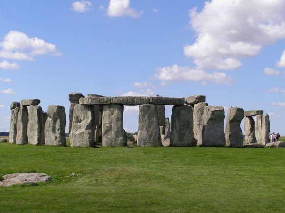 1200px-Stonehenge2007_07_30